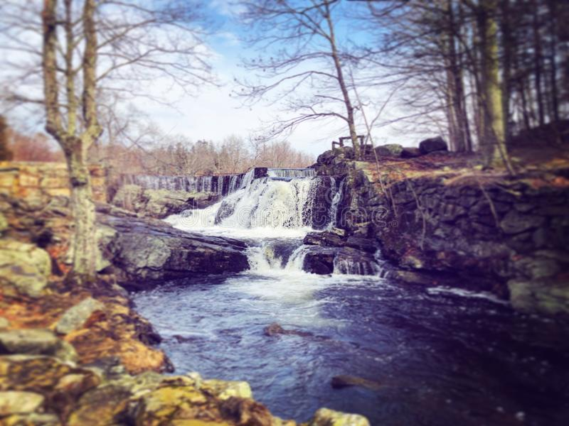 La cascade coulant à l'intérieur de Southford tombe parc d'état images stock
