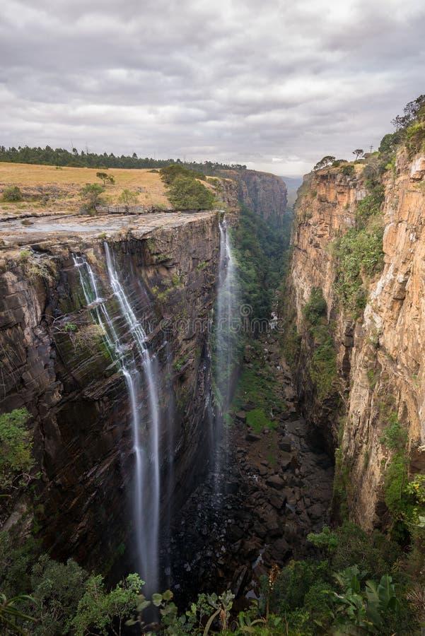 La cascade de Magwa au-dessus d'une grande gorge sous les cieux nuageux dans la côte sauvage le Cap-Oriental du Transkei de l'Afr photos stock
