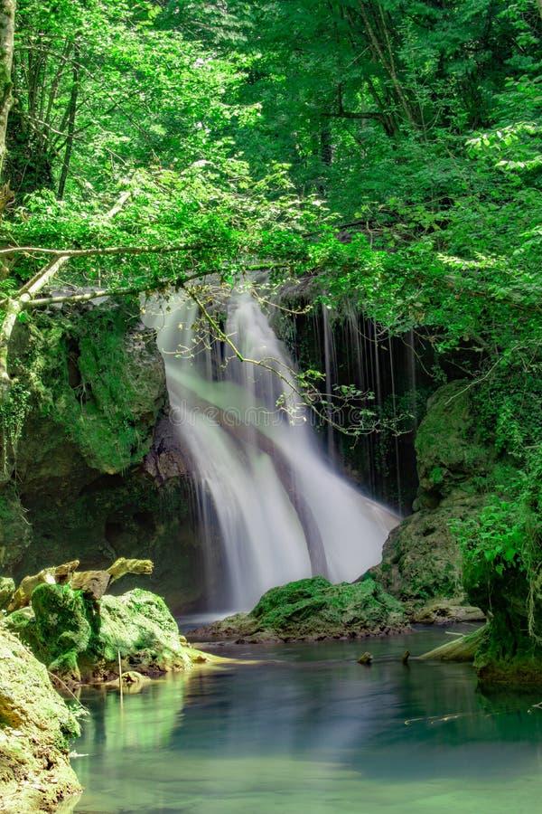 La cascade de Vaioaga de La a rencontré le trekking de moment sur des gorges de Nera pendant l'été, Roumanie photo libre de droits