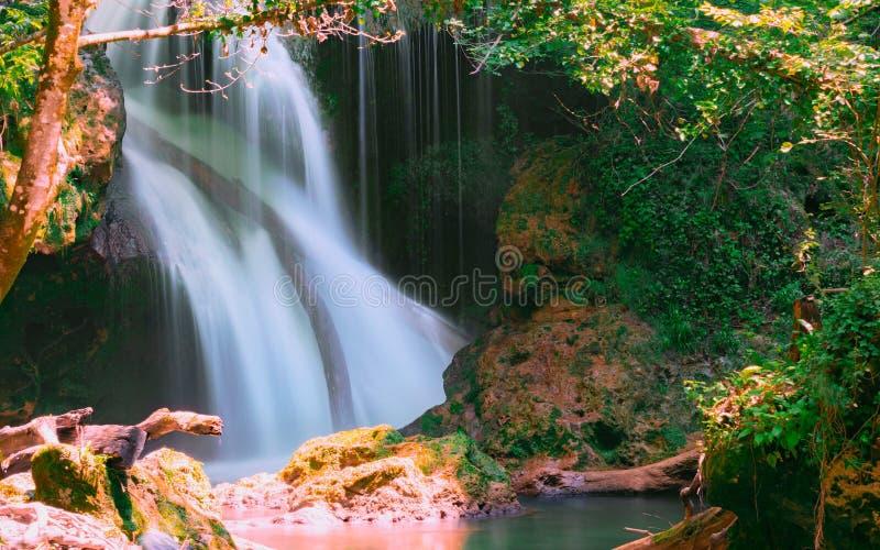 La cascade de Vaioaga de La a rencontré le trekking de moment sur des gorges de Nera pendant l'été, Roumanie photographie stock libre de droits