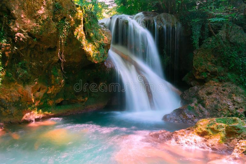La cascade de Vaioaga de La a rencontré le trekking de moment sur des gorges de Nera pendant l'été, Roumanie images stock