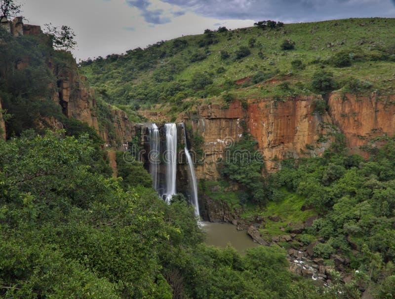 La cascade en Afrique du Sud a entouré par les falaises rouges photographie stock