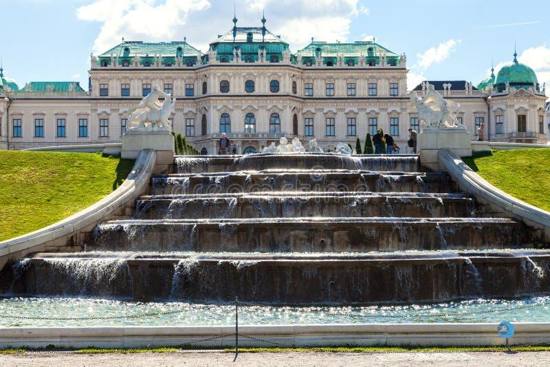 La cascade et les personnes supérieures s'approchent du palais de belvédère photographie stock