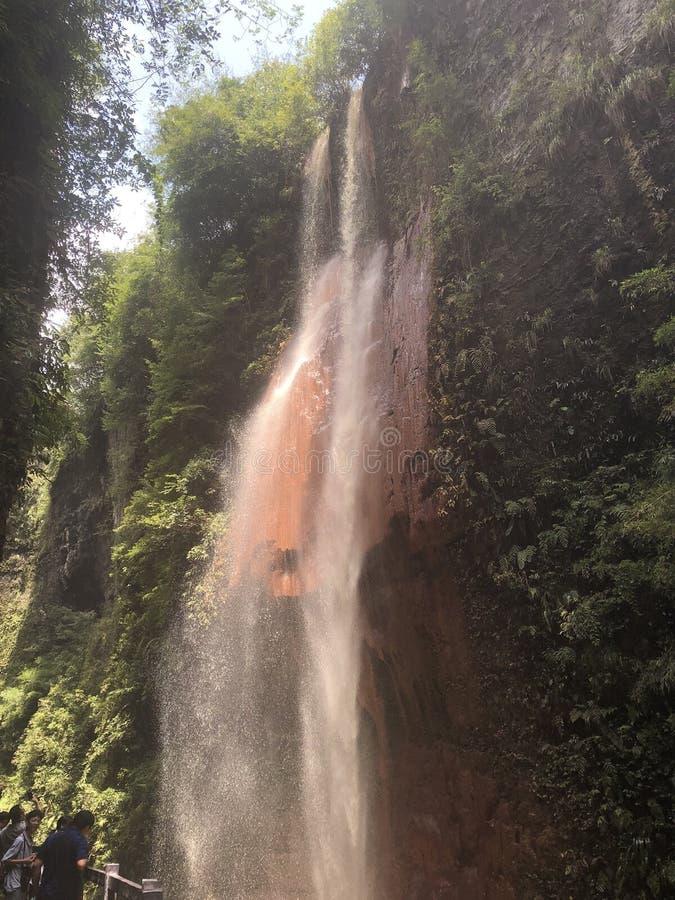 La cascade rouge est dans la vallée de la manière de voyager image libre de droits