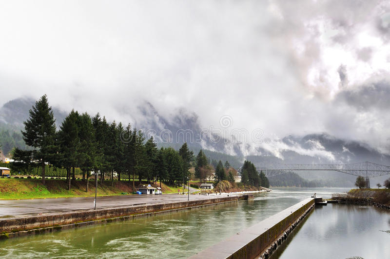 La cascade verrouille le stationnement marin un jour pluvieux photographie stock