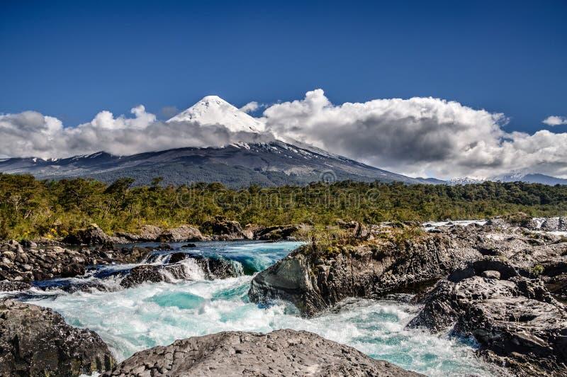 Osorno Volcan dalle cascate di Petrohué immagine stock libera da diritti