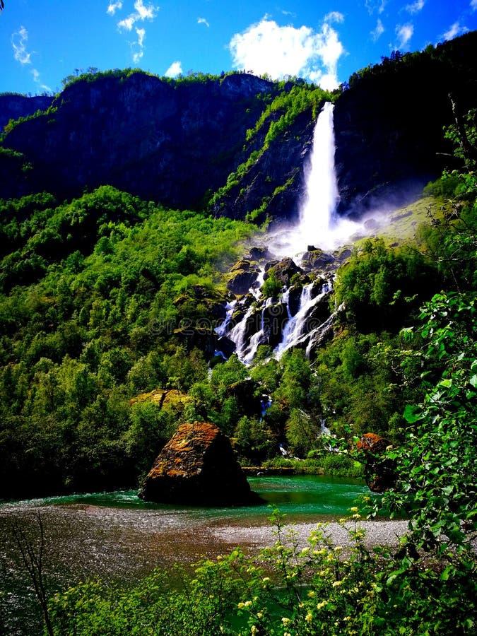 La cascata dell'orizzonte in Norvegia immagine stock