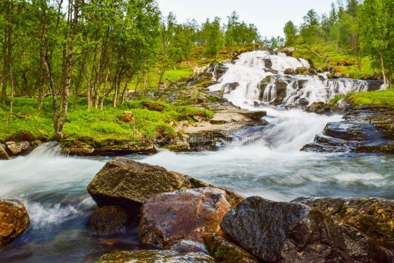 La cascata di fruscio è situata sulle montagne di Aurlandsfjellet Norvegia fotografia stock
