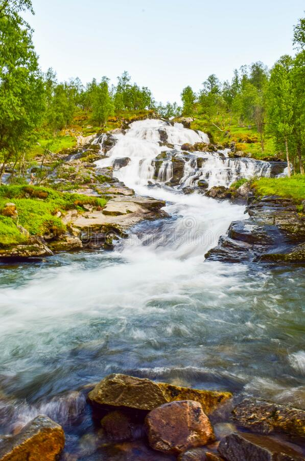 La cascata di fruscio è situata sulle montagne di Aurlandsfjellet Norvegia fotografia stock libera da diritti