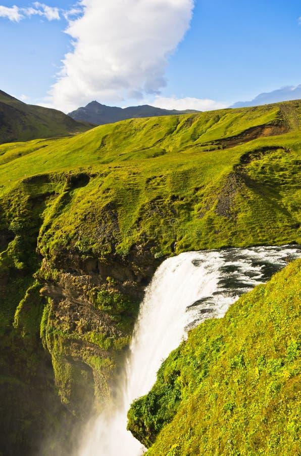 La cascata di Skogafoss d'altezza più di 200 piedi è il più alta cascata in Islanda fotografia stock libera da diritti