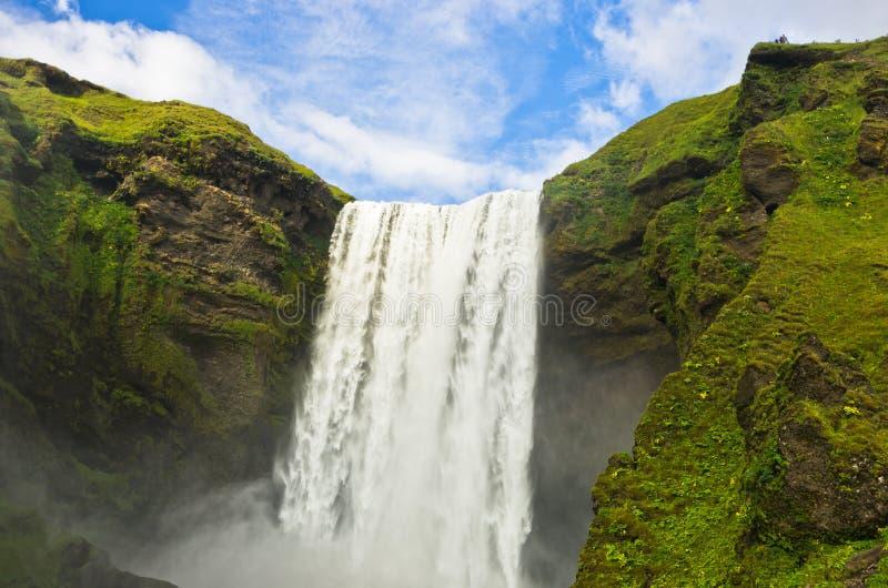 La cascata di Skogafoss d'altezza più di 200 piedi è il più alta cascata in Islanda fotografie stock libere da diritti