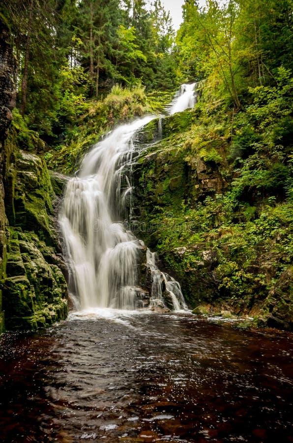 La cascata di Szklarka nelle montagne giganti Vicino a Szkarska Poreba, la Polonia fotografia stock