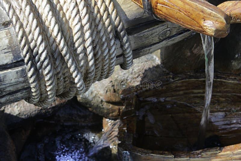La cascata domestica ceramica artificiale ha modellato come bene con l'argano, il secchio e la corda di sollevamento fotografia stock libera da diritti