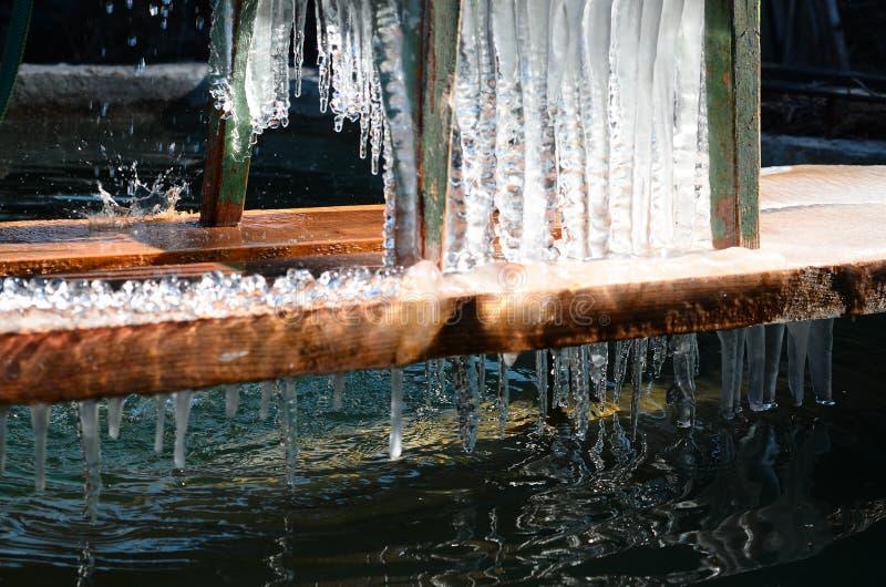 La cascata fatta a mano e del ghiaccio della primavera è lacrima immagini stock libere da diritti