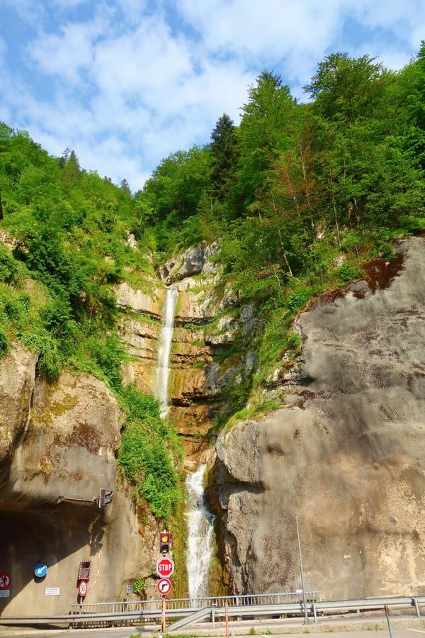 La cascata nascosta della montagna nel bello e villaggio popolare di Hallstatt ha individuato in Austria, Europa fotografia stock libera da diritti