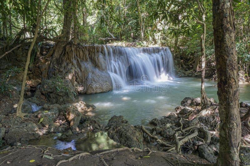 La cascata pulita là è un colore di verde smeraldo causato dalle riflessioni dagli alberi e dal lichene che circolano con il gial immagini stock libere da diritti