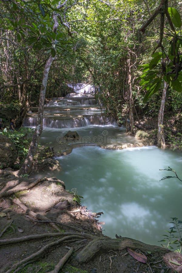 La cascata pulita là è un colore di verde smeraldo causato dalle riflessioni dagli alberi e dal lichene che circolano con il gial fotografia stock libera da diritti