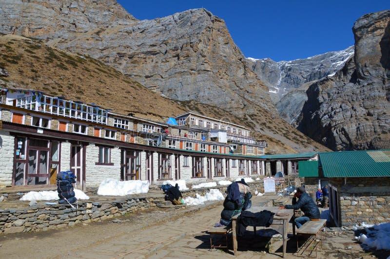 La casetta di Thorong Phedi, con gli zainhi fuori delle casette sotto la La di Thorong passa sul circuito di Annapurna Con il sur fotografia stock