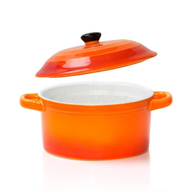 La casserole en céramique orange rouge de pot a ouvert la couverture d'isolement photos libres de droits