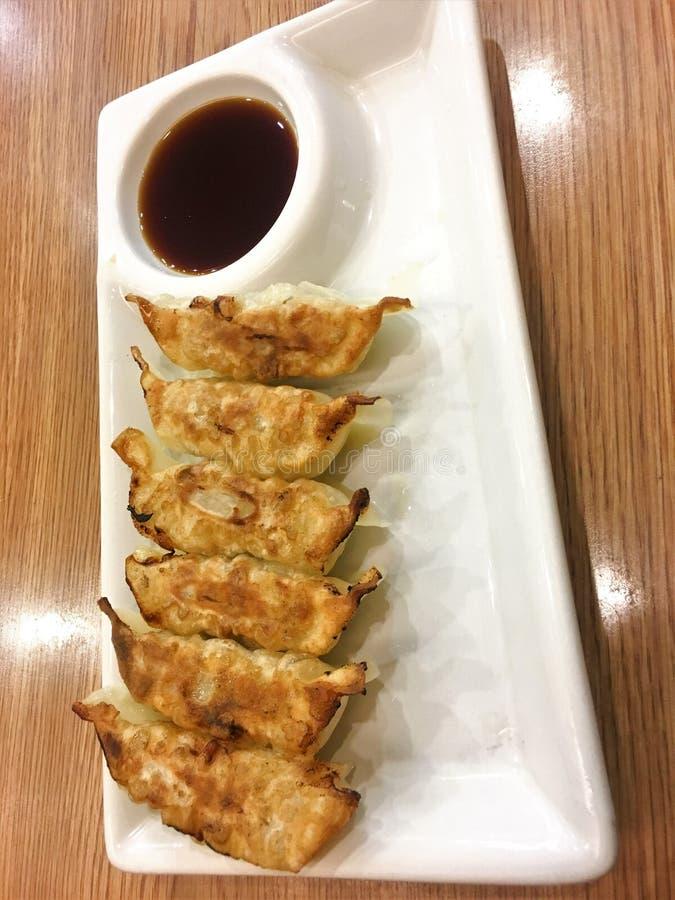 La casserole janpanese de Gyoza a fait frire des dumplinges de porc de plat et de sauce photographie stock