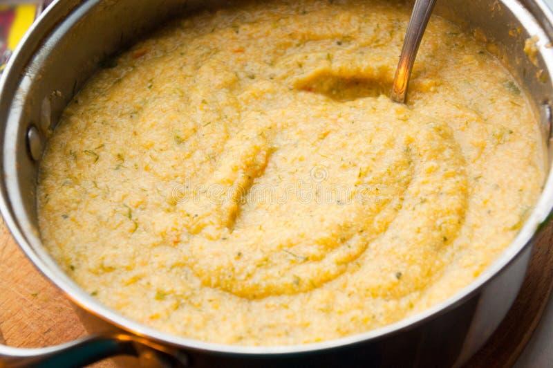 La casseruola con il purè sano della minestra di verdura fotografia stock libera da diritti