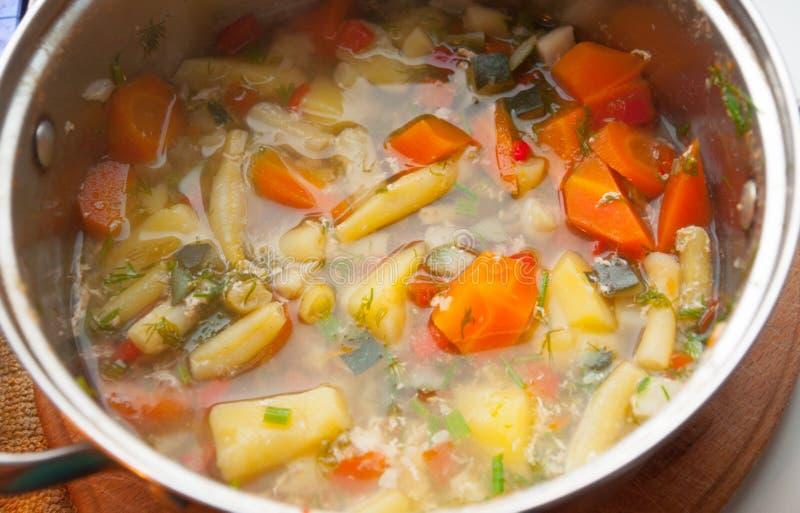 La casseruola con la minestra di verdura sana immagine stock libera da diritti