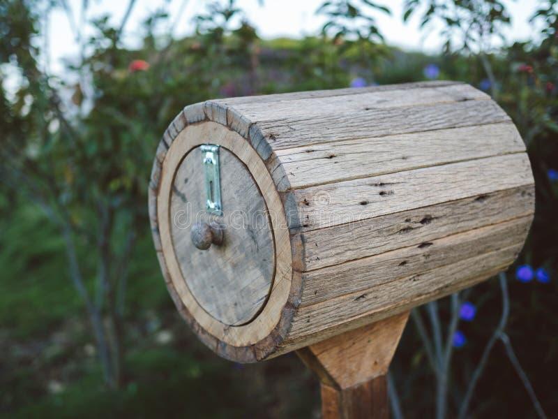 La cassetta delle lettere fatta a mano di legno antica con il trifoglio va per felicità Postbox di legno marrone d'annata fotografie stock