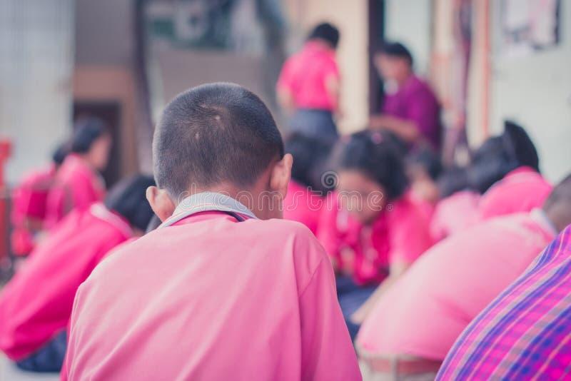 La catégorie thaïlandaise 4 d'étudiants à l'école primaire tissent le modèle thaïlandais photographie stock libre de droits
