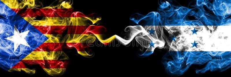 La Catalogne contre le Honduras, drapeaux honduriens de fumée placés côte à côte Drapeaux soyeux colorés épais de fumée de la Cat illustration de vecteur