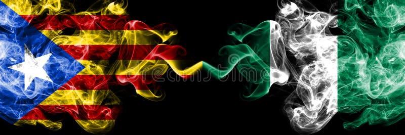 La Catalogne contre le Nigéria, drapeaux nigériens de fumée placés côte à côte Drapeaux soyeux colorés épais de fumée de la Catal images libres de droits
