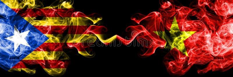 La Catalogne contre le Vietnam, drapeaux vietnamiens de fumée placés côte à côte Drapeaux soyeux colorés épais de fumée de la Cat illustration stock