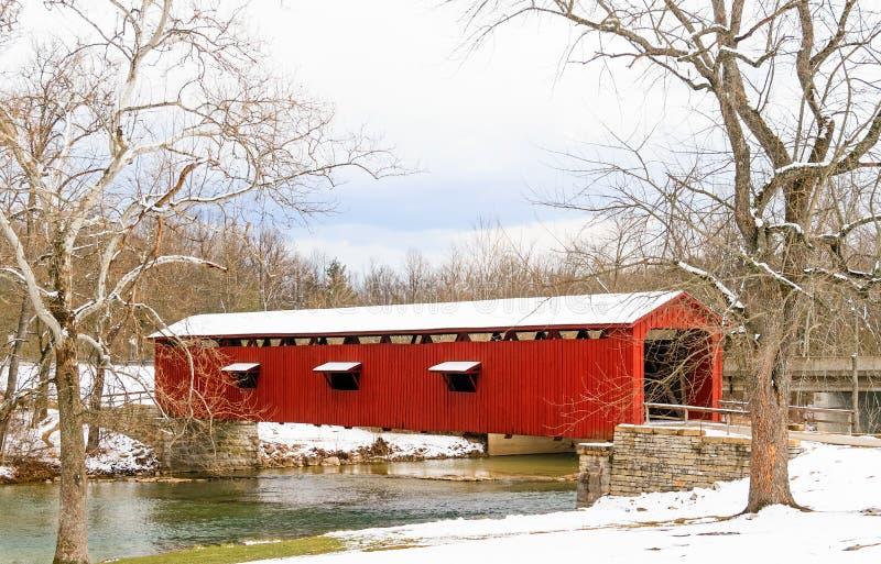 Ponte coperto di cadute della cataratta in Indiana fotografie stock