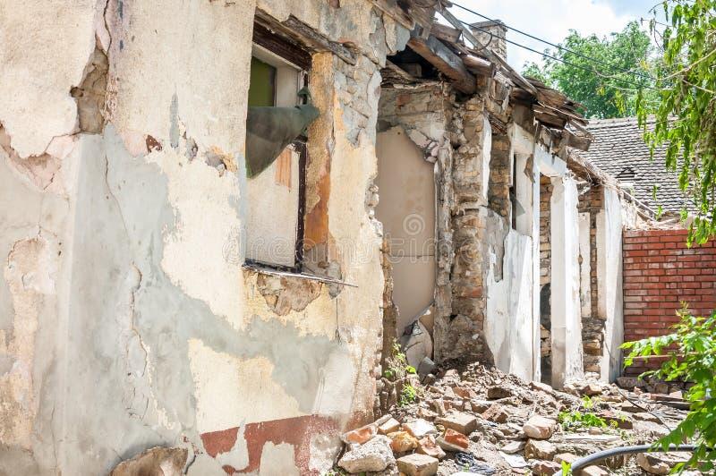 La catastrophe de conséquence après catastrophe d'ouragan ou de guerre a endommagé et a ruiné la propriété de maison avec les bri photos libres de droits