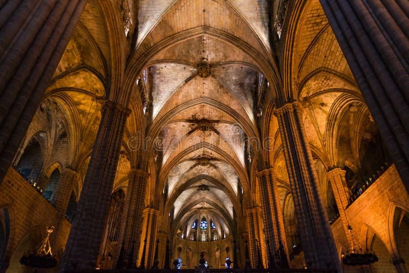 La catedral de Barcelona, detalle del cubo principal en estilo gótico típico con los lugares laterales elegantes Barri Gotic, Bar imagenes de archivo