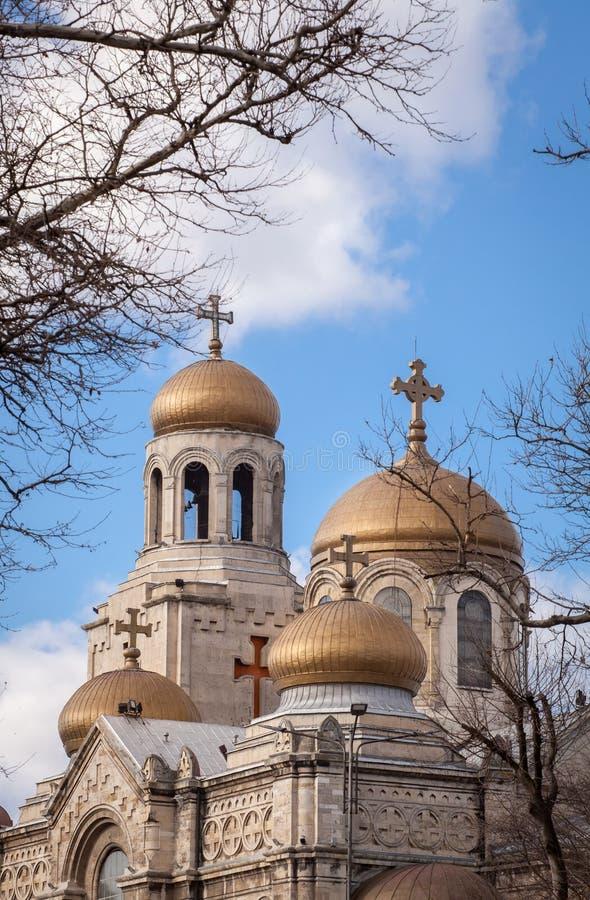 La catedral de la asunción en Varna, Bulgaria Iglesia bizantina del estilo con las bóvedas de oro foto de archivo