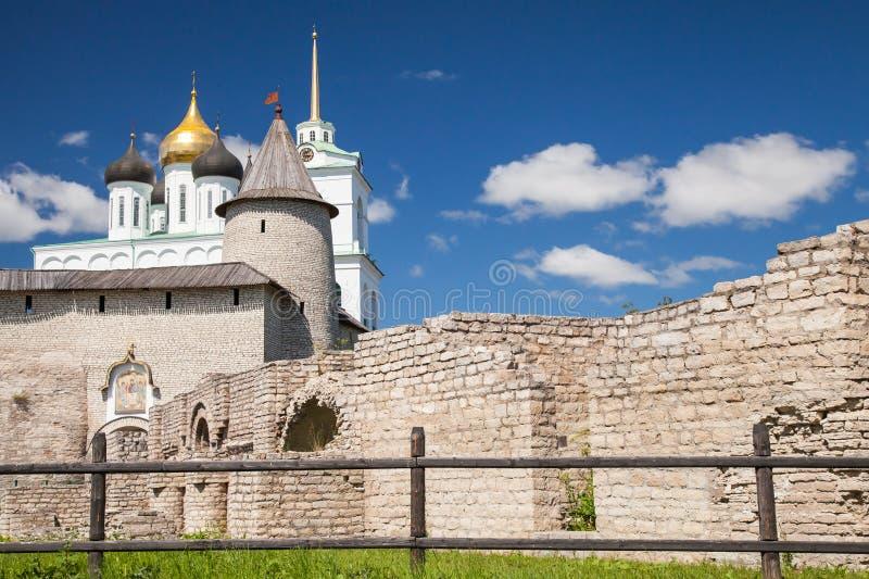 La catedral de la trinidad situada desde 1589 en Pskov el Kremlin fotos de archivo
