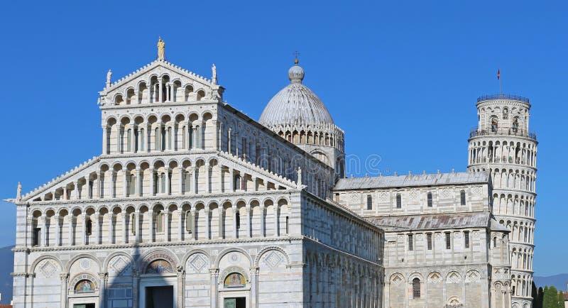 La catedral de los di Pisa del Duomo de Pisa con la torre inclinada de los di Pisa de Pisa Torre en el dei Miracoli de la plaza imagen de archivo