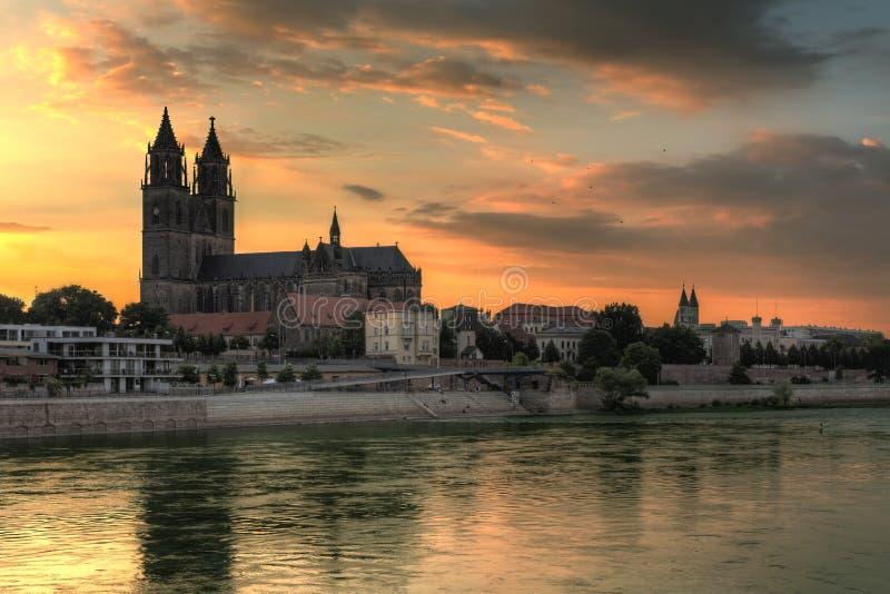 La catedral de Magdeburgo en la puesta del sol fotos de archivo