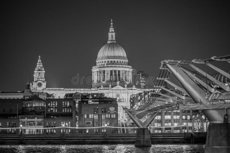 La catedral de San Pablo blanco y negro foto de archivo