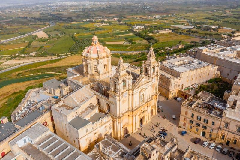 La catedral de San Pablo en la ciudad de Mdina rodeó por las calles estrechas de una fortaleza, visión aérea foto de archivo