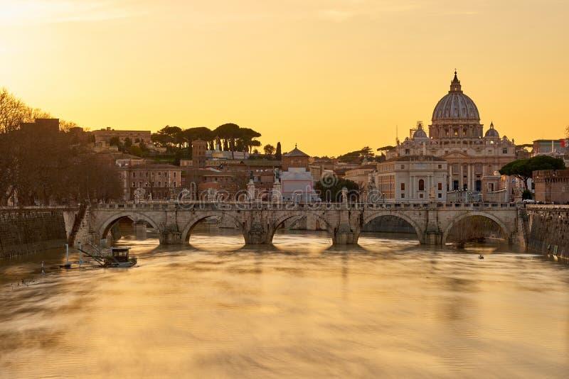La catedral de San Pedro y río de Tíber en la puesta del sol en Roma fotos de archivo