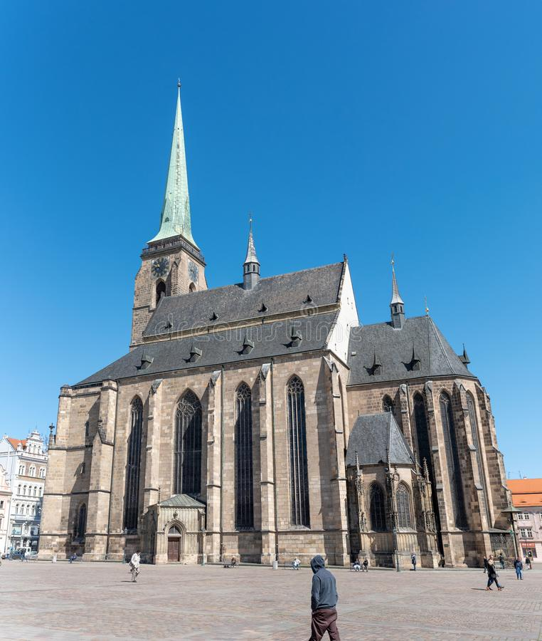 La catedral de St Bartholomew, señal histórica y religiosa famosa de Plzen imagenes de archivo