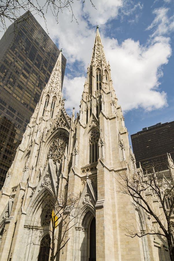 La catedral de St Patrick bajo luz del día en Manhattan, Nueva York fotografía de archivo libre de regalías