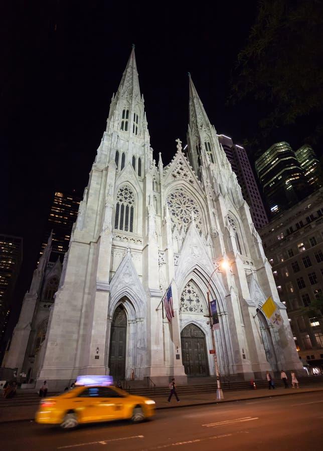 La catedral de St Patrick en la noche foto de archivo libre de regalías
