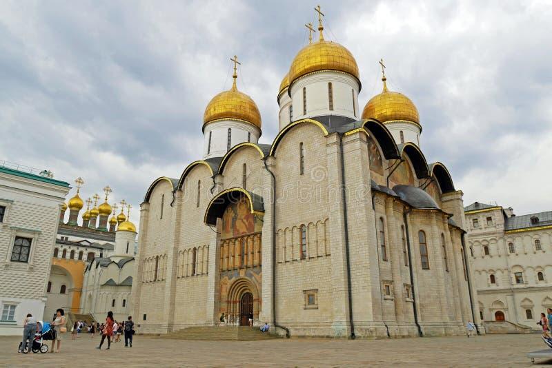 La catedral de la suposición en el cuadrado de la catedral de la Moscú el Kremlin, Rusia imagenes de archivo
