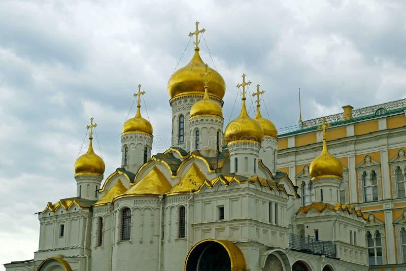 La catedral de la suposición en el cuadrado de la catedral de la Moscú el Kremlin, Rusia fotografía de archivo