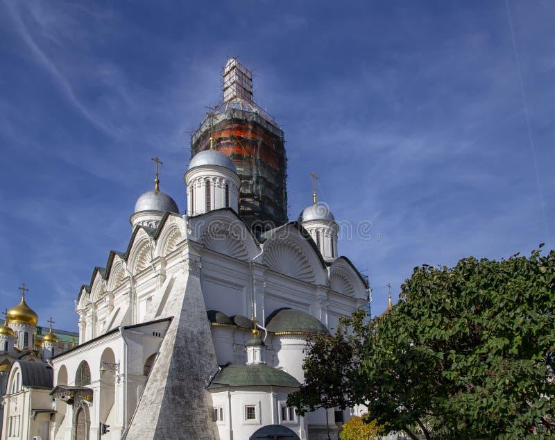 La catedral del arcángel Michael Archangel Cathedral en el cuadrado de la catedral Dentro de Mosc? el Kremlin, d?a de Rusia imagenes de archivo