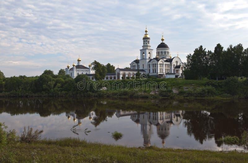 La catedral del arcángel Michael en el río de Merkushino del pueblo viaja Región de Sverdlovsk fotos de archivo libres de regalías