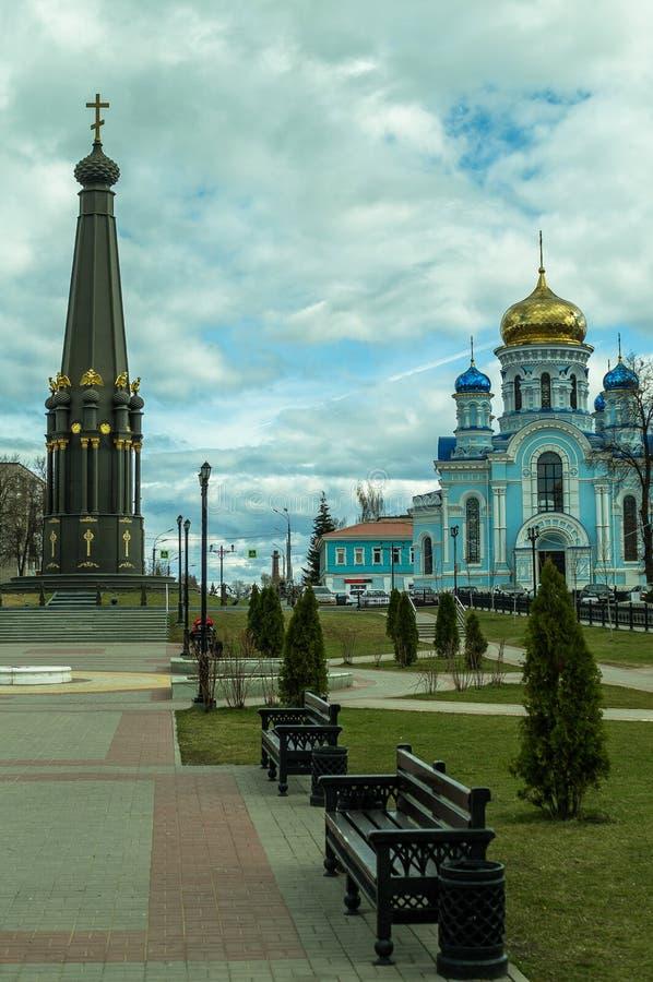 La catedral del Dormition en la ciudad de Maloyaroslavets de la región de Kaluga en Rusia fotos de archivo