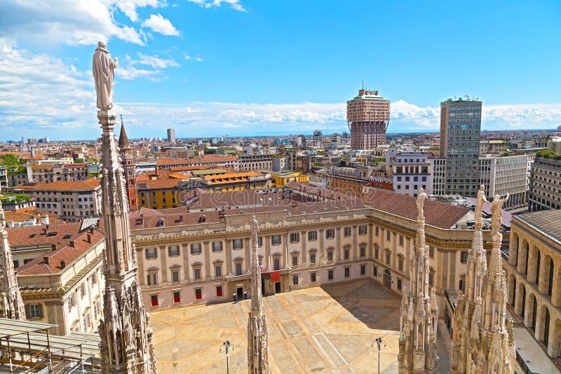 La catedral del Duomo con las estatuas y cuadrado interno en Milán, Italia fotografía de archivo libre de regalías